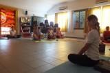 Az újonnan végzett jógaoktatók lehetőséget kaptak bemutatkozó gyakorlatvezetést bemutatni